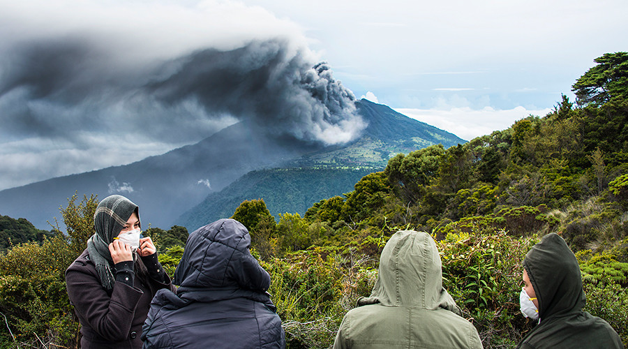 People look at the Turrialba volcano as it spewes ashes on May 20, 2016, in Cartago, Costa Rica © Ezequiel Becerra