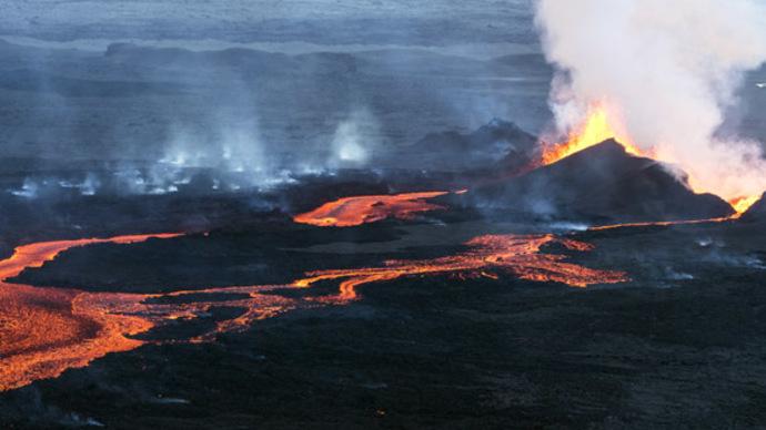 Bardarbunga volcano erupts in Iceland under Northern Lights