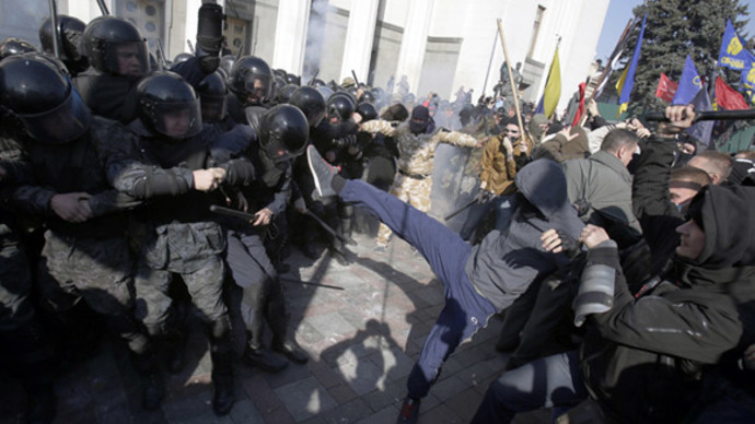 Firecrackers & chains: Nationalists clash with police in Kiev