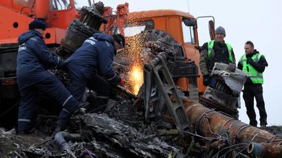 Investigators recover MH17 flight debris