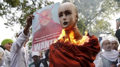 Indonesian Islamists set fire to Buddhist extremist's effigy