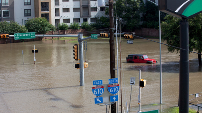 Hundreds evacuated as floods hit US