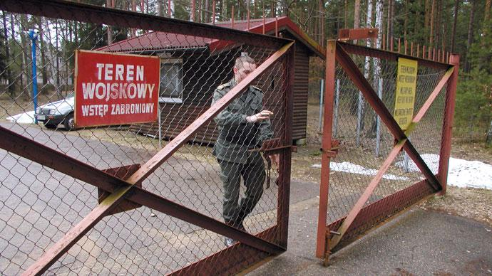 A guard shuts the gate to the airport in Szymany in northeastern Poland in this file 2005 picture.(Reuters / Tomasz Marek)