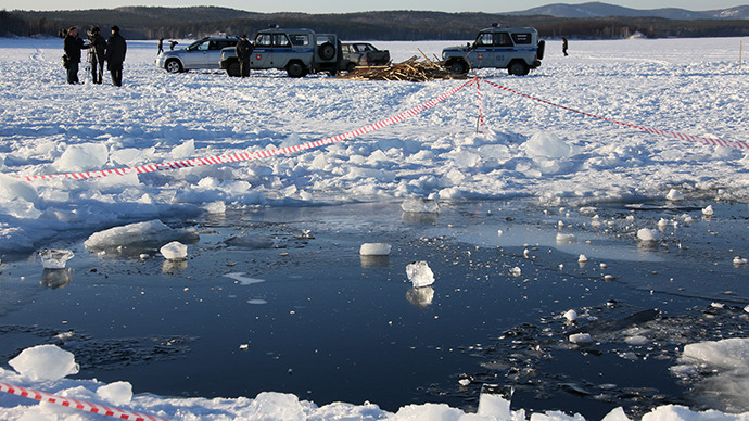 An ice hole in Lake Chabarkul, Chelyabinsk Region, where pieces of a meteorite could allegedly fall December 15. (RIA Novosti)