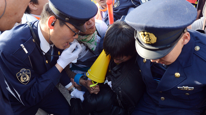 Civic group members and police clash at a demonstration after an anti nuclear rally in Tokyo on March 9, 2013 (AFP Photo / Yoshikazu Tsuno)
