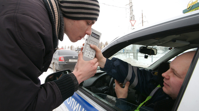 A traffic police officer conducts an alcohol test of a driver. (RIA Novosti / Yuri Strelets)