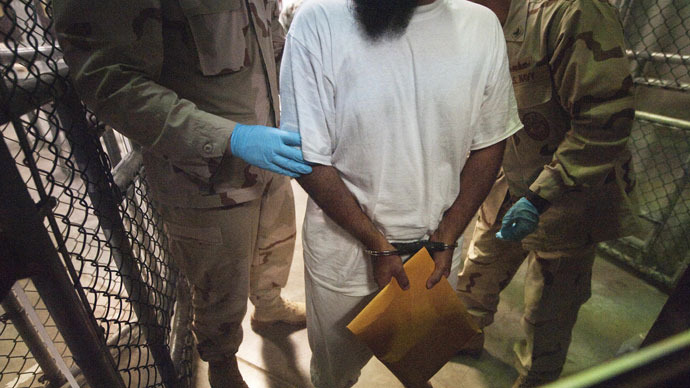 US military guards move a detainee inside Camp VI at Guantanamo Bay.(AFP Photo / Paul J. Richards)