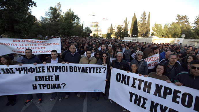 Bank workers shout slogans during a protest outside Cyprus presidential palace in Nicosia.(AFP Photo / Patrick Baz)