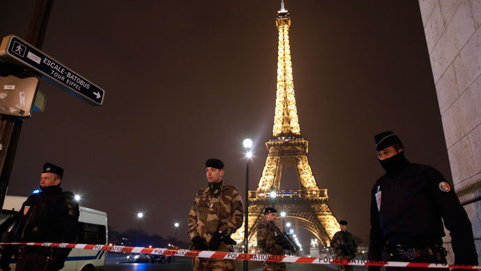 French police stand guard near the Eiffel Tower in Paris on March 30, 2013.(AFP Photo / Thomas Coex)
