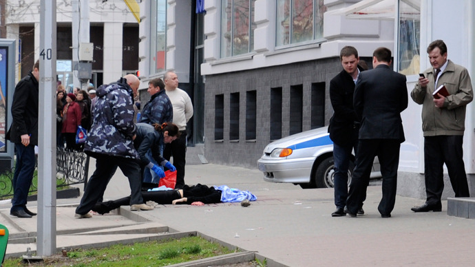 Investigators inspect the body of a victim killed by a gunman in Belgorod, April 22, 2013 (Reuters / Andrei Kaksuslov)