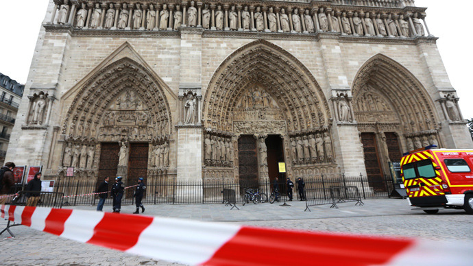 French policemen cordon off in front of Paris' Notre Dame Cathedral on May 21, 2013, following the evacuation of the cathedral after a man shot himself dead in front of the altar (AFP Photo / Pierre Verdy)