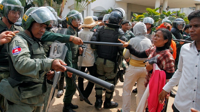 Garment workers confront police officers during a protest in front of a factory owned by Sabrina (Cambodia) Garment Manufacturing in Kampong Speu province, west of the capital Phnom Penh June 3, 2013.(Reuters / Samrang Pring)