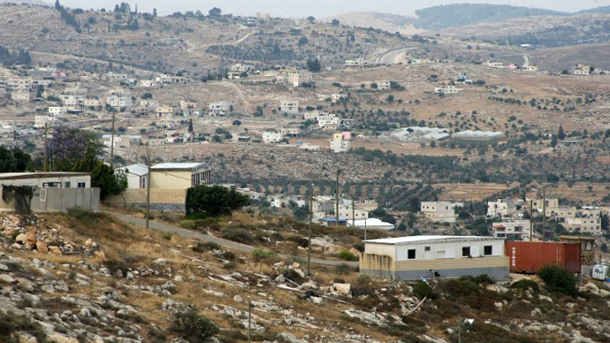 Houses in the Mitzpe Lachish Israeli settlement outpost in front of house belonging to Palestinians (background) in the West Bank village of Beit Awwa. (AFP Photo / Hazem Bader)