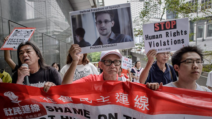 Protesters shout slogans in support of former US spy Edward Snowden as march to the US consulate in Hong Kong on June 13, 2013. (AFP Photo / Philippe Lopez)