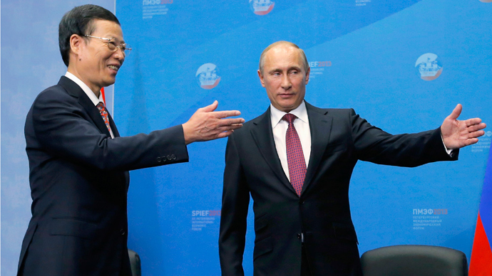 Russia's President Vladimir Putin (R) welcomes Chinese Vice Premier Zhang Gaoli during their meeting in St. Petersburg June 20, 2013 (Reuters / Dmitry Lovetsky / Pool)