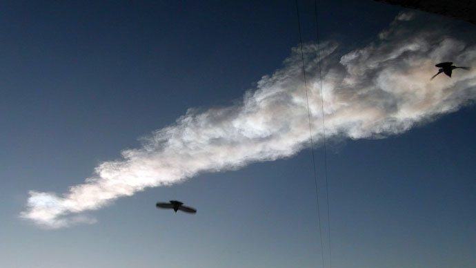 The trace of a flying object in the sky over Satka, the Chelyabinsk Region.(RIA Novosti / Oleg Vinogradov)