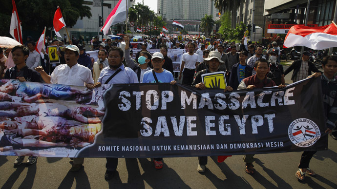 People take part in a protest against the Egyptian government's crackdown on supporters of Egypt's ousted President Mohamed Mursi, near the Egyptian embassy in Jakarta August 19, 2013. (Reuters/Beawiharta)
