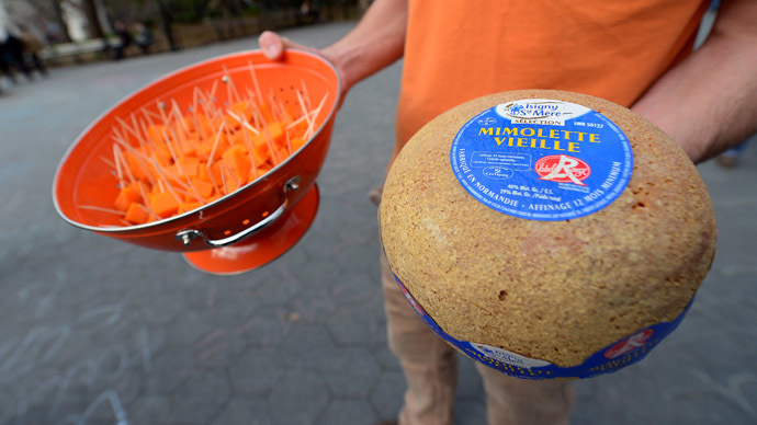 Importers and supporters offers samples of French cheese Mimolette to pedestrians during an event to support the import in the US of the 17th century-old cheese, after the US Food and Drug Administration (FDA) blocked the cheese to enter the territory, during an event in New York, April 13, 2013. (AFP Photo/Emmanuel Dunand)