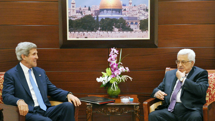 US Secretary of State John Kerry (L) meets with Palestinian President Mahmud Abbas on July 19, 2013 at the Mukataa compound, in the West Bank city of Ramallah (AFP Photo / Pool / Mandel Ngan)