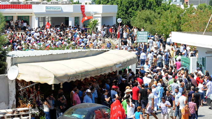 Tunisians gather outside the hospital in Ariana, on the outskirts of Tunis, after opposition figure and critic of Tunisia's ruling Islamists, Mohamed Brahmi was gunned down in front of his home, near the capital, on July 25, 2013 (AFP Photo)