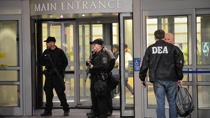 Armed police officers and Drug Enforcement Agency (DEA) agents (AFP Photo / Stan Honda)