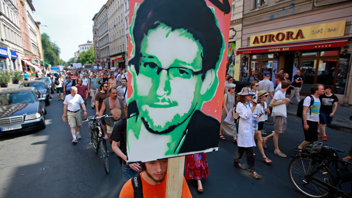 A protester carry a portrait of Edward Snowden during a demonstration against secret monitoring programmes PRISM, TEMPORA, INDECT and showing solidarity with whistleblowers Edward Snowden, Bradley Manning and others in Berlin July 27, 2013.(Reuters / Pawel Kopczynski)