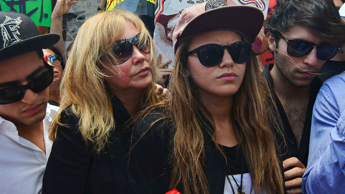 Jacqueline Llach (center L), the mother of graffiti artist Israel Hernandez-Llach, who died after being shocked by a police officer's Taser, holds on to her daughter Offir Hernandez (center R), during Israel's vigil in Miami Beach, Florida August 10, 2013.(Reuters / Gaston De Cardenas)