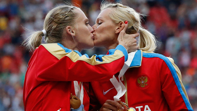 Gold medallists team Russia Yulia Gushchina (L) and Kseniya Ryzhova kiss and celebrate at the women's 4x400 metres relay victory ceremony (Reuters / Grigory Dukor)