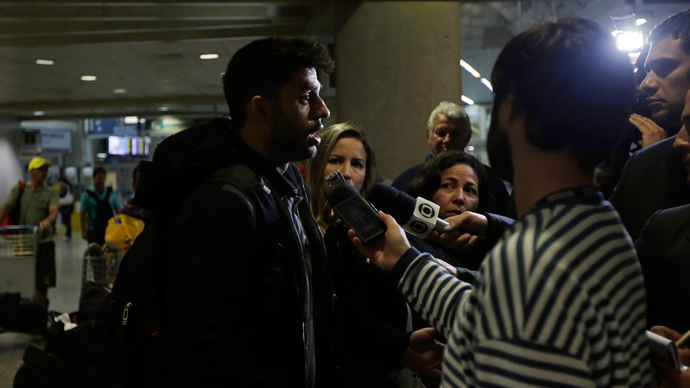 David Miranda (L) speaks to the media at Rio de Janeiro's International Airport August 19, 2013 (Reuters / Ricardo Moraes)