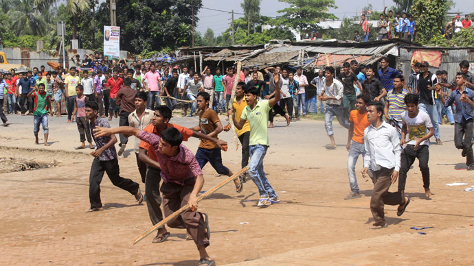 Bangladeshi garment workers throw stones at police during a protest in Gazipur 40 km north of Dhaka on September 23, 2013. (AFP Photo)