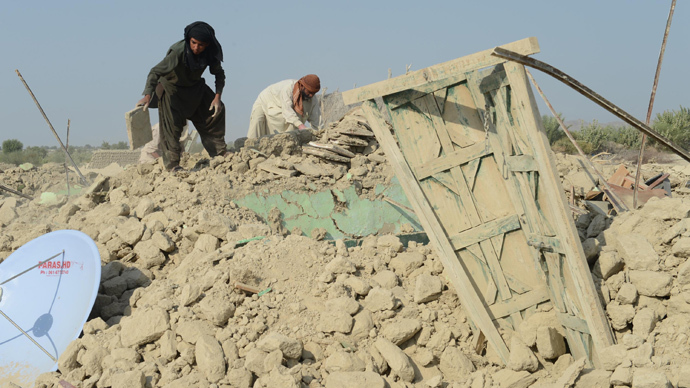 Pakistani earthquake survivors search for their belongings in the rubble of collapsed mud houses in the Dhall Bedi Peerander area of the earthquake-devastated district of Awaran on September 27, 2013 (AFP Photo / Banaras Khan)