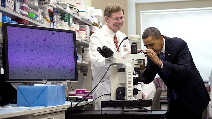 (FILES) US President Barack Obama  looks through a microscope at brain cells with Dr Marston Linehan (C) as he tours the National Institutes of Health (NIH) (AFP Photo / Jim Watson)
