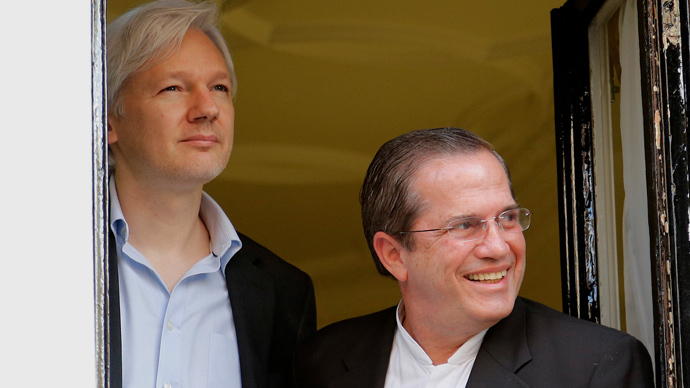 Ecuadorian Foreign Minister Ricardo Patino (R) and Wikileaks founder Julian Assange (L) appear at the window of the Ecuadorian embassy in central London (AFP Photo / Andrew Cowie)