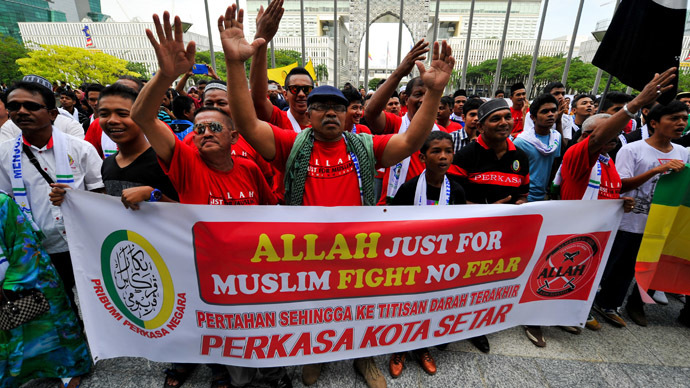 Muslim Protestors display a banner during a demonstration against a Malaysian Catholic newspaper using the word 'Allah' at the court of appeal in Putrajaya, outside Kuala Lumpur on October 14, 2013. (AFP Photo/Mohd Rasfan)