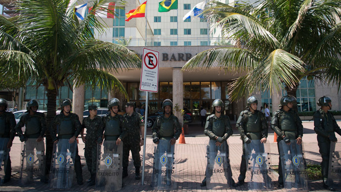Brazilian soldiers stand guard in front of the hotel where Brazil's National Petroleum Agency (ANP) will auction drilling rights to one of the world's largest offshore oil discoveries in Barra de Tijuca, Rio de Janeiro, Brazil on October 20, 2013. (AFP Photo/Chrostophe SImon)