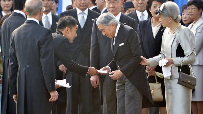 Japanese lawmaker Taro Yamamoto (3rd L) hands a letter to Emperor Akihito (front C), while Empress Michiko (R) looks on, during the annual autumn garden party at the Akasaka Palace imperial garden in Tokyo October 31, 2013. (Reuters//Kazuhiro Nogi)