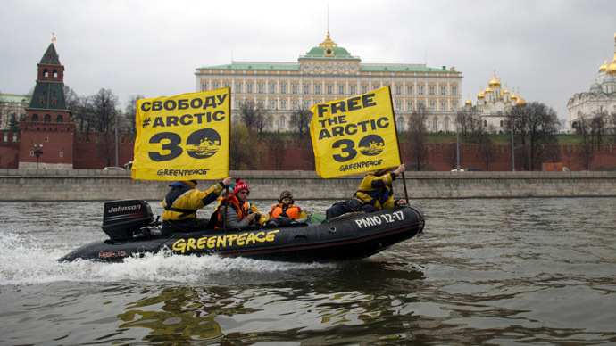 reenpeace activists call to release Arctic Sunrise crew during their campaign at the Moscow River. (RIA Novosti/Maxim Blinov)