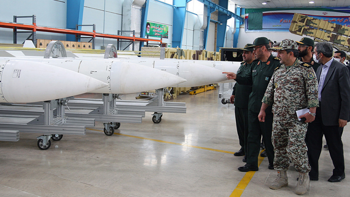 A picture obtained from Iran's ISNA news agency shows Iran's Defense Minister Hossein Dehqan (2nd L) pointing at an anti-missile system missiles of Sayyad-2 (Hunter 2), during the inauguration of it's production line in Tehran on November 9, 2013 (AFP Photo / STR)