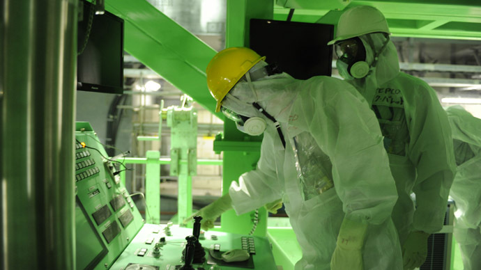 This handout picture taken by Tokyo Electric Power Co (TEPCO) on November 13, 2013 shows US nuclear expert Lake Barrett (R) inspecting the unit four reactor building of the crippled TEPCO's Fukushima Dai-ichi nuclear plant at Okuma town in Fukushima prefecture. (AFP Photo/TEPCO)