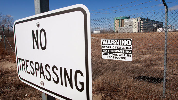 Signs warn away trespassers near the shuttered Zion Nuclear Power Station along the shore of Lake Michigan March 11, 2009 in Zion, Illinois.(AFP Photo / Scott Olson)