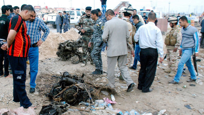 Iraqi security forces inspect the site of a car bomb attack in Kut, 150 km (93 miles) southeast of Baghdad, November 28, 2013.(Reuters / Jaafer Abed)