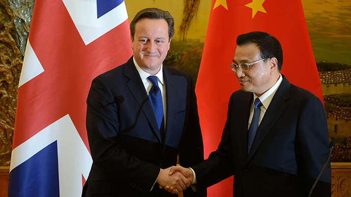 Britain's Prime Minister David Cameron (L) and China's Premier Li Keqiang shake hands after delivering statements at the Great Hall of the People in Beijing on December 2, 2013. (AFP Photo / Ed Jones)