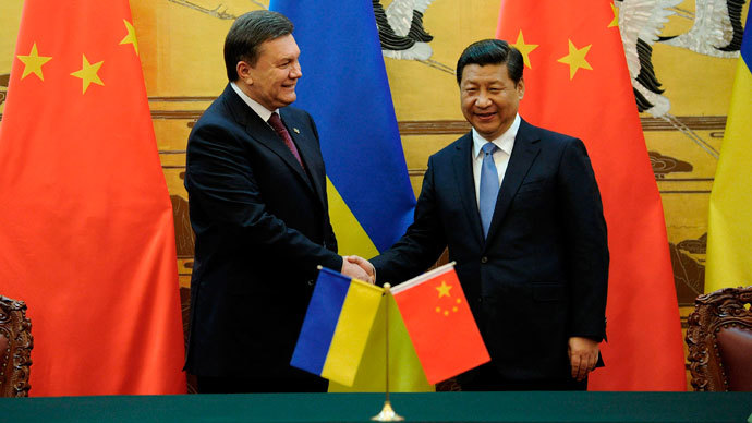 Ukraine's President Viktor Yanukovich (L) shakes hands with Chinese President Xi Jinping after a signing ceremony at the Great Hall of the People in Beijing December 5, 2013.(Reuters / Wang Zhao)