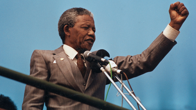 Nelson Mandela raises his fist to the crowd in Port Elizabeth, April 1, 1990. (Reuters / Juda Ngwenya)