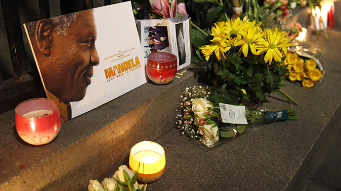 Flowers, candles and tributes are left in memory of Nelson Mandela (Reuters / Suzanne Plunkett)