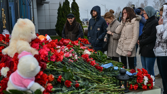 Kazan residents lay flowers at the entrance to Kazan international airport in memory of the victims of Tatarstan Airlines' Boeing 737 crash. (RIA Novosti / Vladimir Astapkovich)