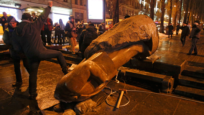 People surround a statue of Soviet state founder Vladimir Lenin, which was toppled by protesters during a rally organized by supporters of EU integration in Kiev, December 8, 2013. (Reuters / Stoyan Nenov)