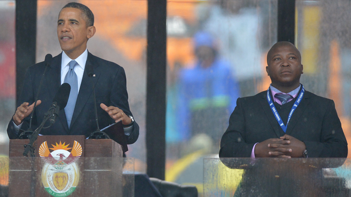 In this picture taken on December 10, 2013 US President Barack Obama delivers a speech next to sign language interpreter Thamsanqa Jantjie (R) during the memorial service for late South African President Nelson Mandela at Soccer City Stadium in Johannesburg (AFP Photo)