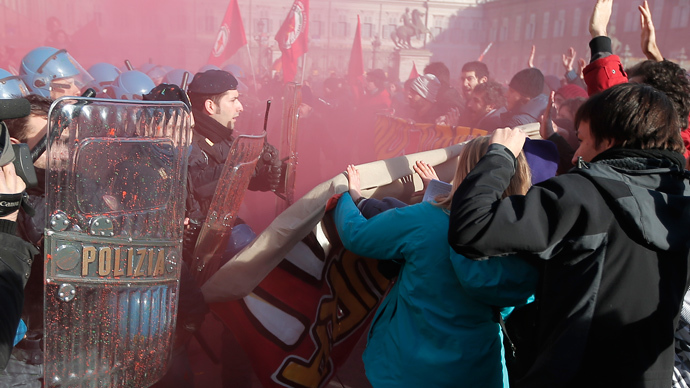 Students clash with police during a protest against the local government in downtown Turin on December 14, 2013. (AFP Photo / Marco Bertorello)