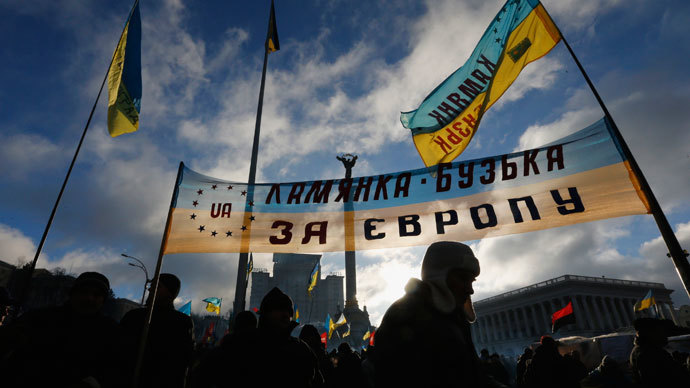 Pro-European integration protesters wave flags and banners on Independence Square in Kiev December 14, 2013.(Reuters / Alexander Demianchuk)